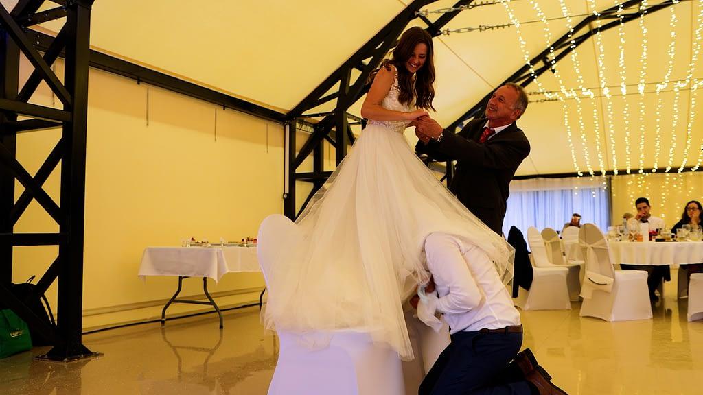 Ancsi és Norbi esküvői videója, Harisnyakötőkeresés a Malomkert Panzióban, Szobon